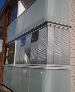 Auringonsuojaverhot antavat suojaa katseilta ja kuumuudelta.