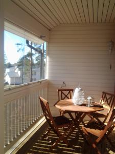 Kesää odotellessa lasitetulla parvekkeella voi jo nauttia auringosta.